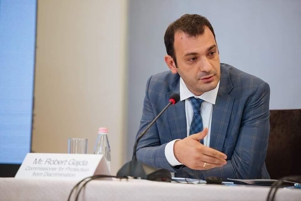 Komisioneri Dr. Gajda i tërheq vëmendjen Policisë së Shtetit për përdorimin jo proporcional të forcës fizike